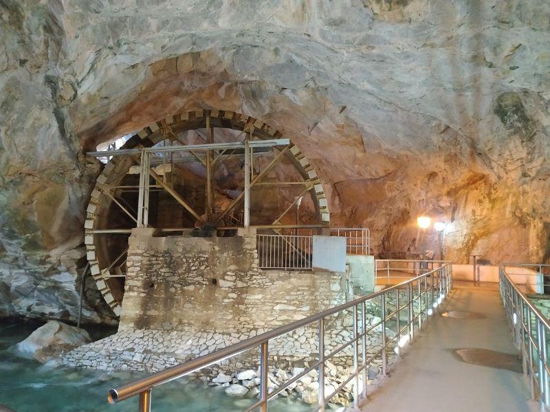 ποτάμιο-σπήλαιο-υδροτροχός